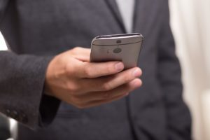 Bild zeigt Smartphone in Herrenhand