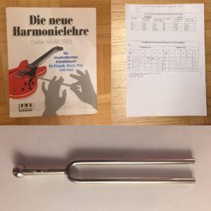 Kristina Kral #176 Musiktheorie Buch, Stapel Unterlagen, Stimmgabel