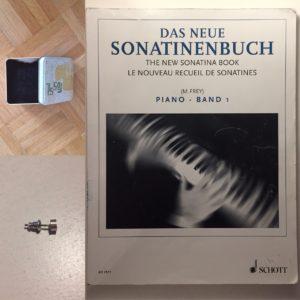 #214 Dose, Ohrring, Sonatinenbuch