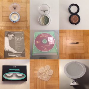 Das Bild zeigt Make Up, ein Buch, eine CD, falsche Wimpern, ein Beutel und einen Schminkspiegel, was allesamt die Wohnung verlassen hat | Kristina Kral, Minimalismus