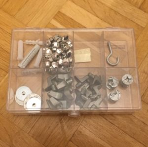 Das Bild zeigt eine durchsichtige Box mit Trennfächern, in denen verschiedene Bastel- bzw Handwerksutensilien sind | Kristina Kral, Minimalismus