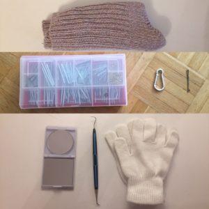 Das Bild zeigt ein paar kratzige Wollsocken, ein Nagelkästchen, ein Schlüsselanhänger, eine Haarklammer, ein Handspiegel, ein Töpferwerkzeug, ein kratziges 🙄 Paar Handschuhe und ein paar uralte Schulunterlagen, teilweise aus 2006 | Kristina Kral #Minimalismus