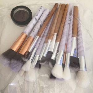 Das Bild zeigt ein Lidschattendöschen und einige Kosmetikpinsel in einem Gefrierbeutel, die als Geschenk an eine Kollegin gehen | Kristina Kral, Minimalismus