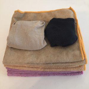 Das Bild zeigt sieben Microfasertücher und zwei Paar Socken | Kristina Kral, Minimalismus