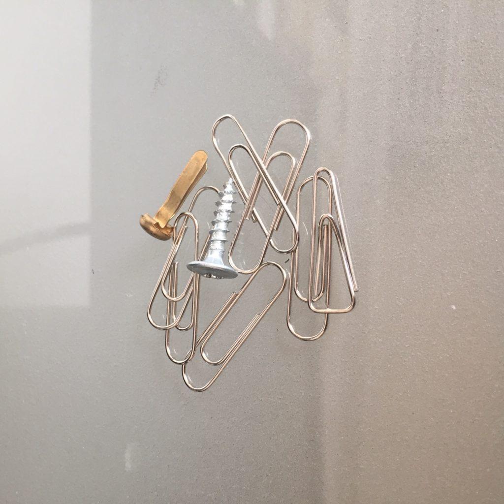 Das Bild zeigt Büroklammern, eine Musterbeutelklammer und eine Schraube | Kristina Kral, Minimalismus