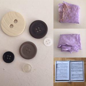 Das Bild zeigt Knöpfe, Putztücher und einen Stapel Noten   Kristina Kral, Minimalismus