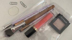 Das Bild zeigt Büroklammern, Kosmetik und ein Silikonplättchen   Kristina Kral, Minimalismus