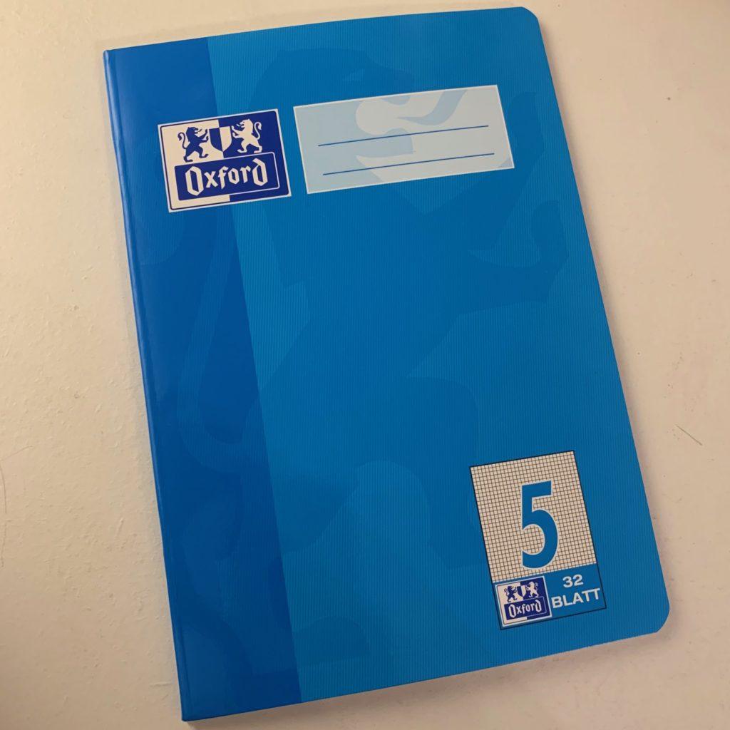 Das Bild zeigt ein kleines blaues Heft.