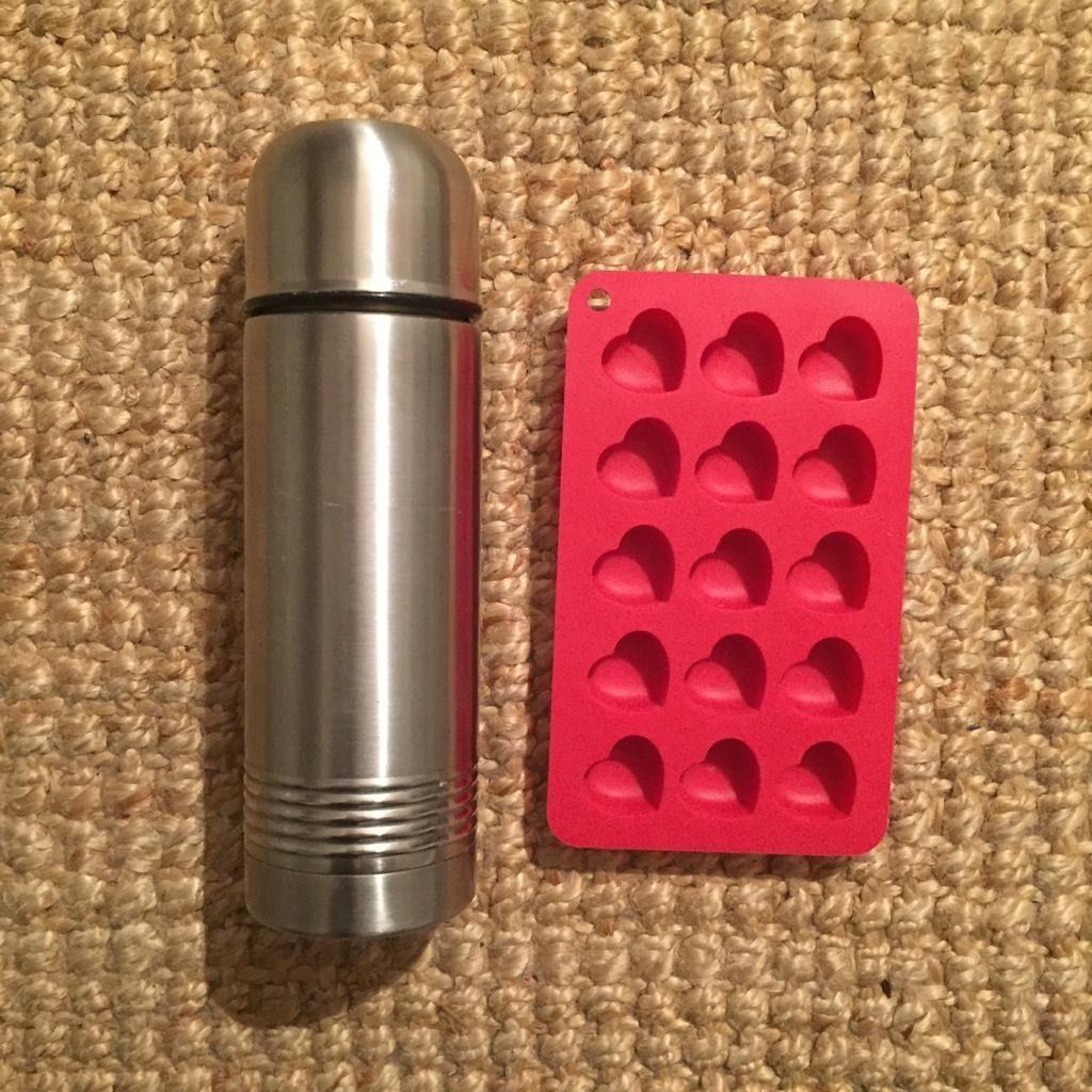 Das Bild zeigt eine Thermoskanne und eine kleine Silikonform für Eiswürfel