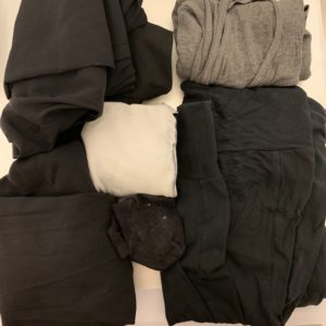 Das Bild zeigt ein paar alte, ausrangierte Kleidungsstücke