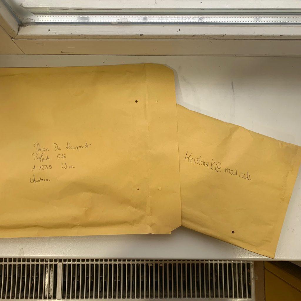"""Das Bild zeigt gepolsterte Briefumschläge, in denen eine Haarspende an den Verein """"Die Haarspender"""" nach Wien verschickt wird - Kristina Kral"""