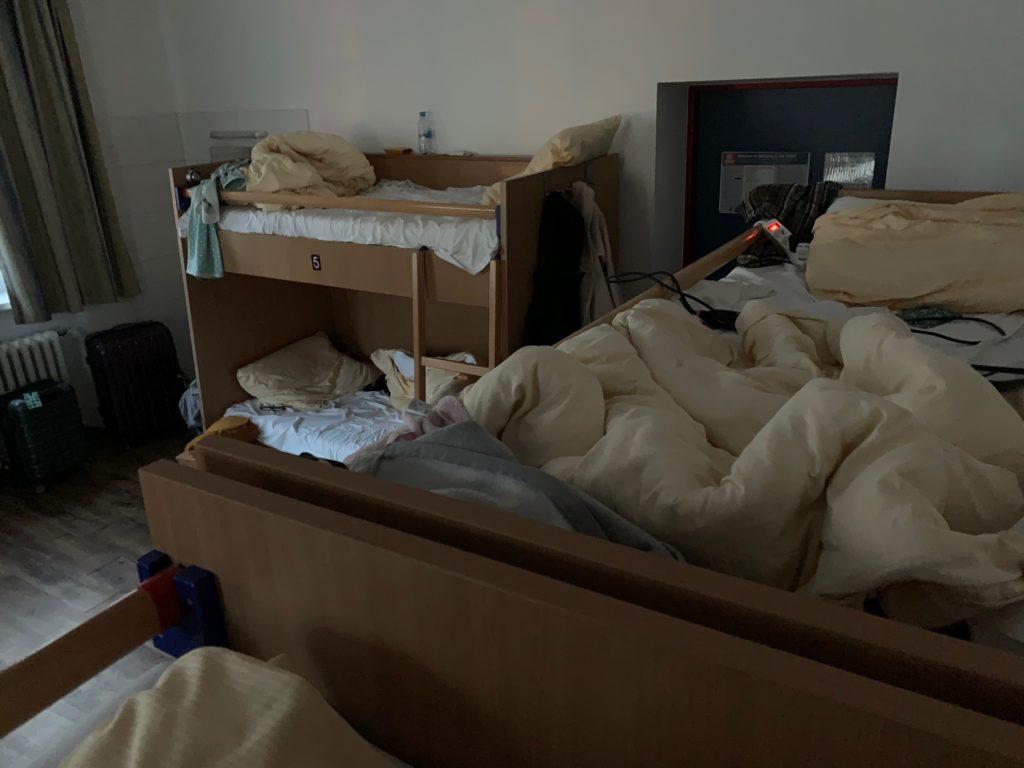 Das Bild zeigt sechs Stockbetten in einer Jugendherberge