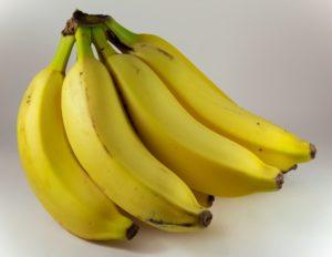 Das Bild zeigt ein Bündel grünlicher Bananen // Kristina Kral