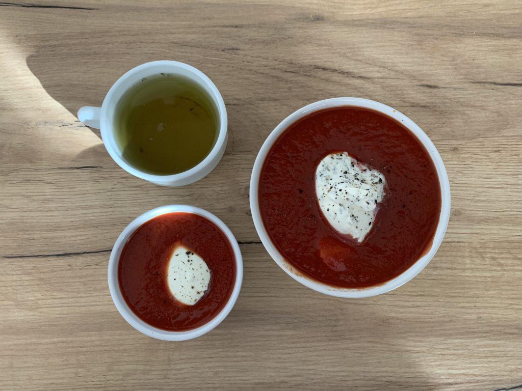 Das Bild zeigt Mahlzeit zwei: Tomatensuppe mit Creme Fraiche und eine Tasse Tee