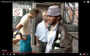 """Das Bild zeigt einen Ausschnitt aus der Serie """"Alltagsgeschichte: Treffpunkt U-Bahn (1993) von Elizabeth T. Spira, nämlich eine Situation, in der sich mehrere Männer unterhalten"""