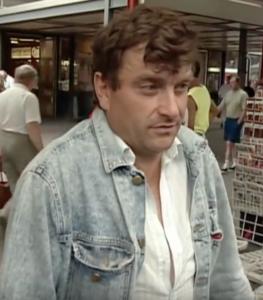Das Bild zeigt einen Herrn mit Jeansjacke