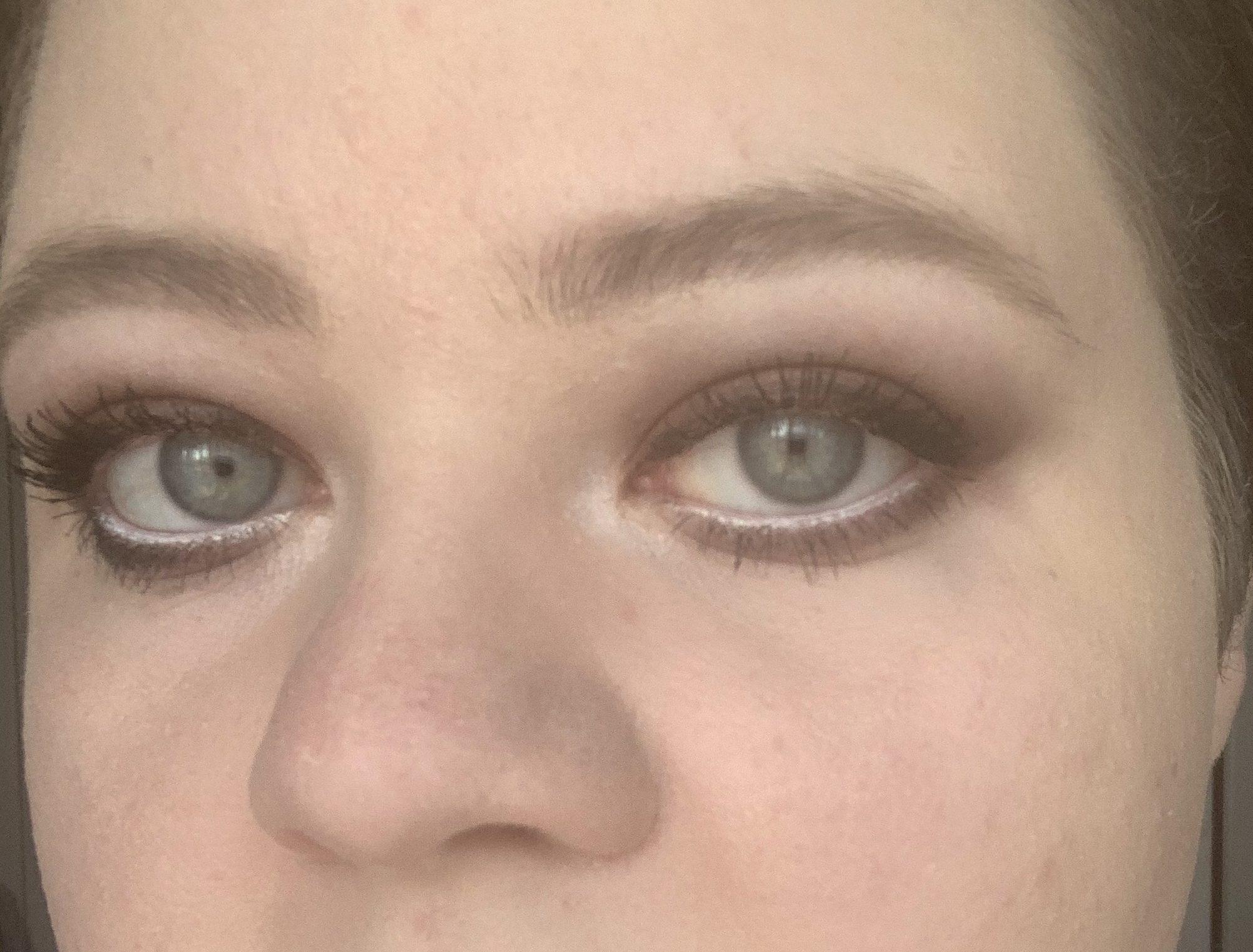 Das Bild zeigt ein Augenpaar und nachgezeichnete Augenbrauen
