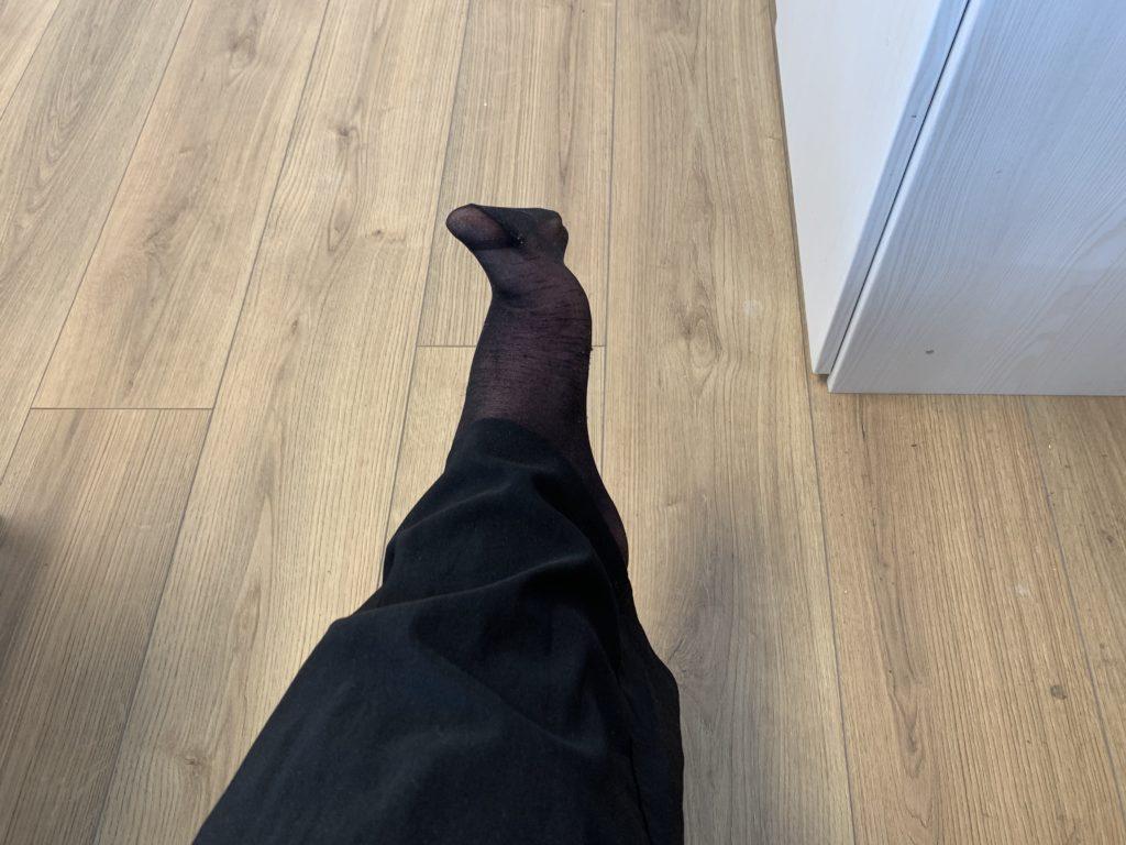 Das Bild zeigt einen bestrumpften Fuß