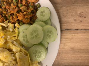 Das Bild zeigt einen Ausschnitt von einem OMAD: Rührei und verschiedenartig zubereitetes Gemüse