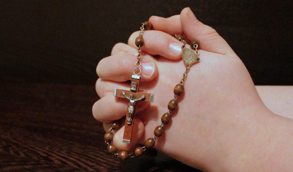 Symbolbild: Hand mit Rosenkranz