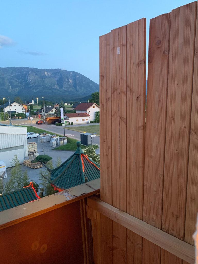 Fachmännisch *hust* angebrachte Balkontrennwand in der ehemaligen Pension Walser Birnbaum