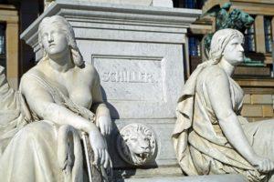 Das Bild zeigt ein Denkmal zu Ehren Friedrich Schiller|s