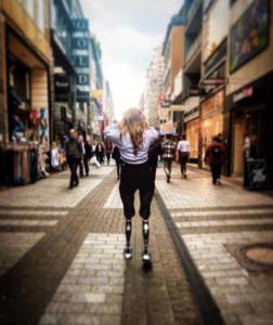 (c) Angie Berbuer - beinamputierte Frau auf Prothesen in Innenstadt
