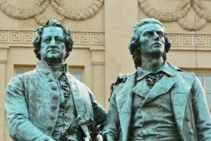 Statuen von Goethe und Schiller (rechts)
