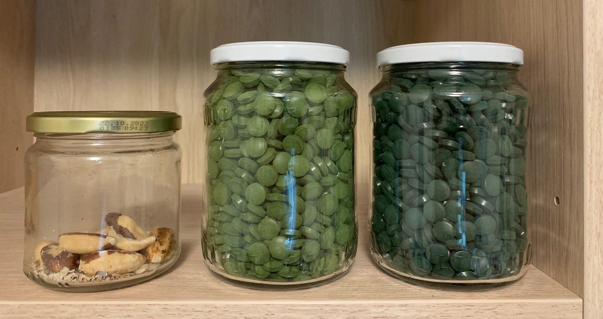 Spirulina - rechtes Glas - ist dunkler als Chlorella - mittleres Glas