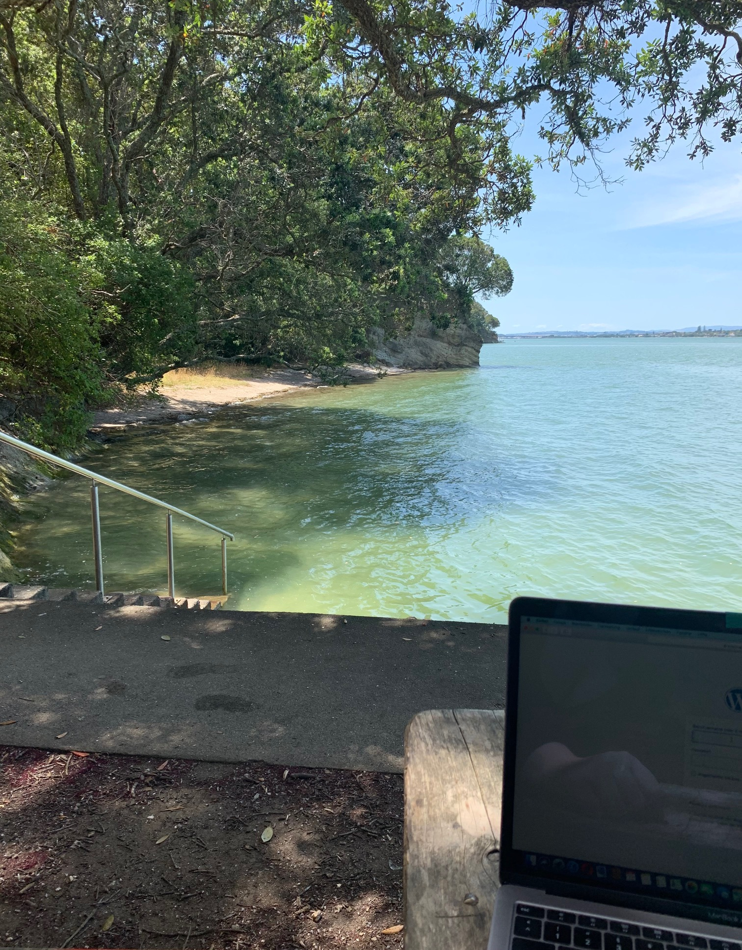 Arbeitsplatz in einer schattigen Bucht in Auckland, Neuseeland